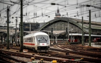 Под Киевом поезд волной