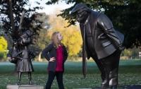 В Британии появилась статуя разъяренного Трампа, угрожающего ребенку