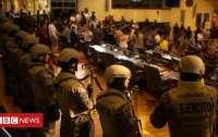 Силовики заняли здание парламента, требуя выделить 109 млн долларов на вооружение