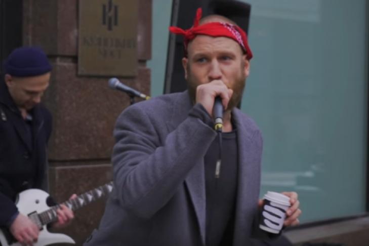 Иван Дорн запел наулице столицы