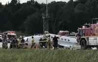 В США при посадке самолет развалился на части (видео)