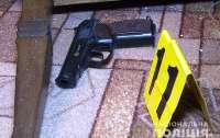 Вооруженый мужчина  отстреливался от полицейских, которые пришли в его дом
