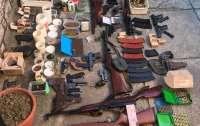 Днепрянин хранил дома целый арсенал оружия и боеприпасов (видео)