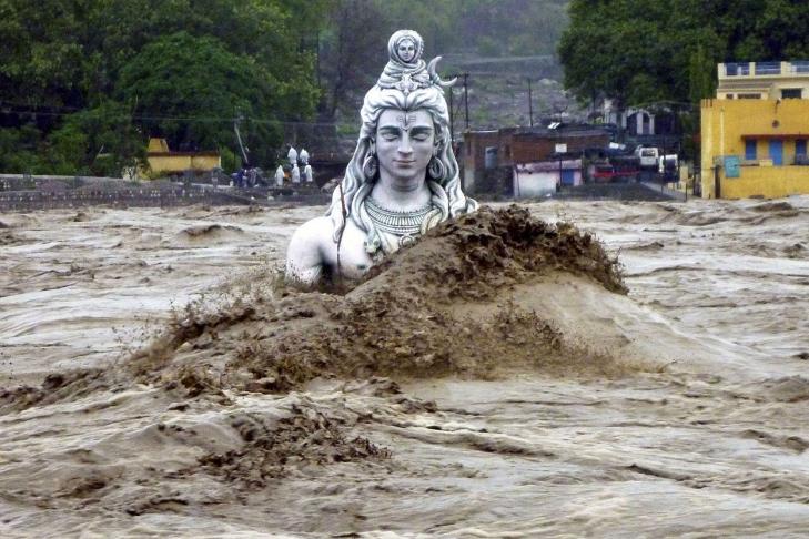 Жертвами наводнений вИндии стали неменее 200 человек