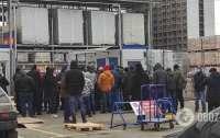 Возле гипермаркета в столице люди устроили