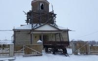 Пьяный охотник нарядися попом и расстрелял иконы в церкви  (фото)