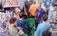 Мужчина пытался убить или покалечить ребенка на глазах всех присутствующих в супермаркете (видео)