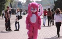 В Челябинске пьяный розовый зайчик жестко избил полицейского