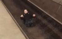 Мужчина бросился на рельсы в метро, а когда остался жив, вылез назад на платформу