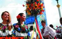 В центре Киева маршируют в вышиванках