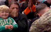 Американский военный удивил жену и детей (видео)