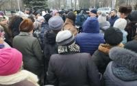 Градус избирательной кампании резко повышается: боевики в балаклавах пытались сорвать встречу Александра Вилкула с жителями Мангуша