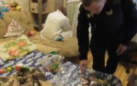 В Запорожье полиция изъяла ребенка у неадекватной матери (видео)