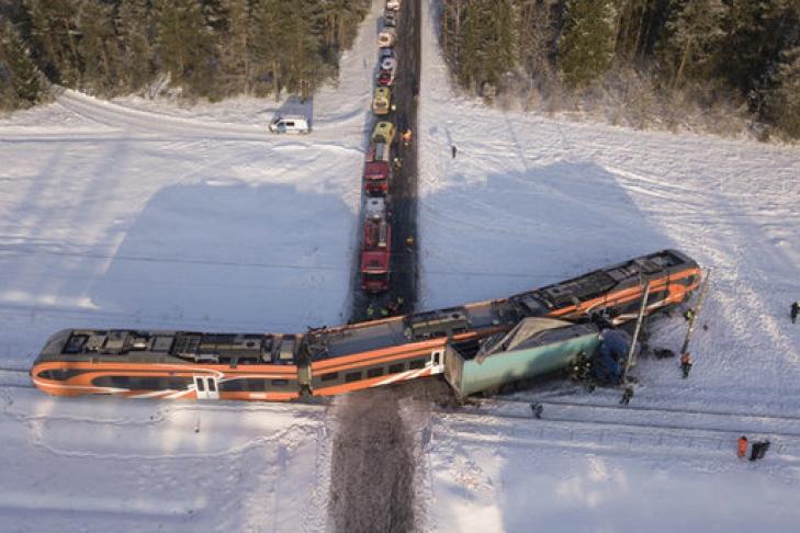 ВЭстонии столкнулись пассажирский поезд и фургон: пострадали 9 человек