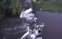 В США поезд рухнул из моста в реку (видео)