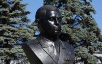 Жители Донецка могут вволю намиловаться памятником главарю боевиков (фото)