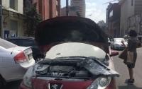 В Днепре на ходу загорелся автомобиль с девушкой за рулем