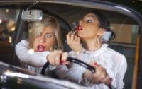 В ОАЭ запретили женщинам делать макияж и поправлять прическу во время вождения авто
