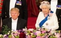 Трамп не узнал свой подарок Елизавете II