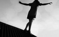 В Киеве с крыши дома прыгнула девушка