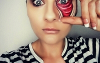 Девушка создает оптические иллюзии с помощью грима и макияжа