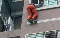 Полицейского задержали при попытке залезть в окно квартиры