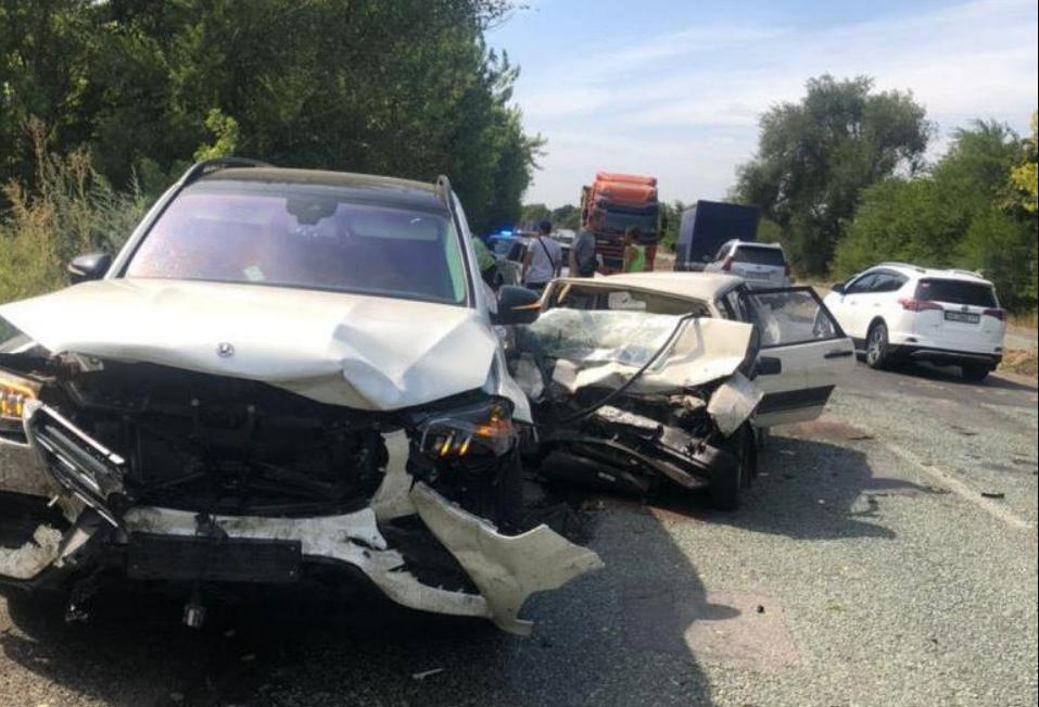 """ДТП под Днепром: Mercedes превысил скорость и """"влетел"""" в ВАЗ"""