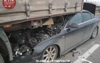Авария в Киеве: девушка на Audi влетела под фуру