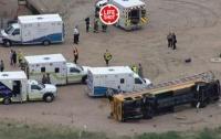 Грузовик влетел в автобус с детьми в США: десятки пострадавших (видео)