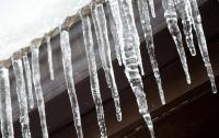 С крыши многоэтажки на супругов упала ледяная глыба