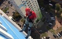 Житель РФ перерезал тросы альпинисту, который красил дом