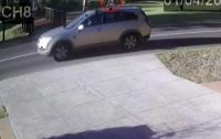 Ребенок в подгузнике прокатился на крыше внедорожника (видео)