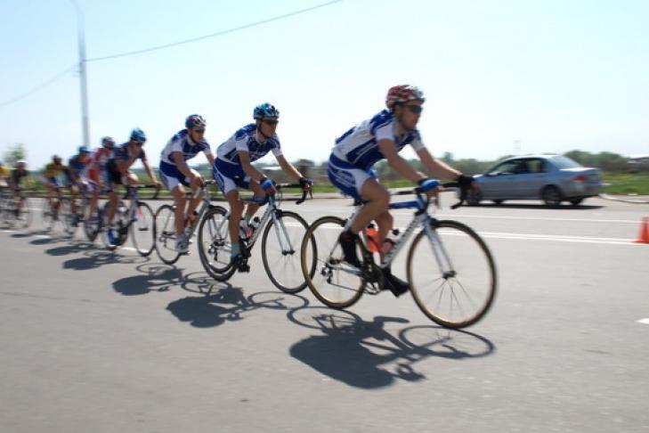 На трассе в Испании российского гонщика столкнули с велосипеда. Видео