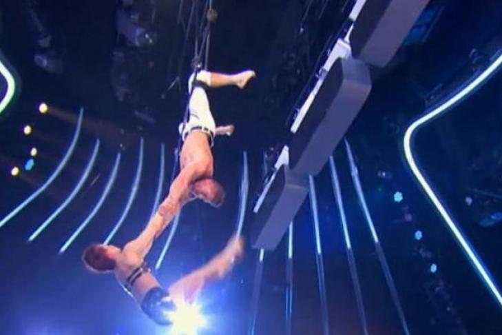 Штатская акробатка рухнула насцену вовремя выступления