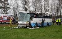 Школьный автобус снесло с дороги ветром