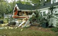 Легкомоторный самолет врезался в жилой дом в США