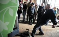 Лысый педиатр потянул за собой тяжеленный трамвай (ФОТО)