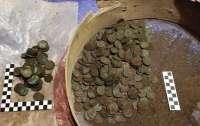Строители в подвале нашли старинные монеты