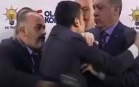 Неизвестный набросился на Эрдогана в Турции