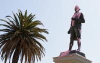 Австралийские аборигены облили краской статую Джеймса Кука