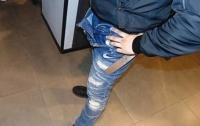 В Киеве 17-летний парень пытался украсть дорогие джинсы