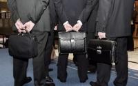 Запрет чиновникам входить в политические партии сделает их более независимыми, - эксперт