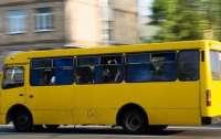 В Киеве обстреляли маршрутку с людьми (видео)