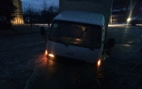 Грузовик во Львове провалился под асфальт, в результате чего на месте прорвало канализацию