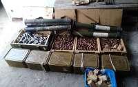Тысячи патронов и тяжелое вооружение были найдены вблизи линии разграничения на Донбассе