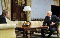 Президент Беларуси подарил Кучме плюшевого петуха
