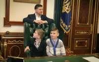 Зеленский пригласил в свой кабинет детей и с ними звонил чиновникам