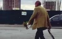 По Киеву гуляет мужчина с ружьем и цветами