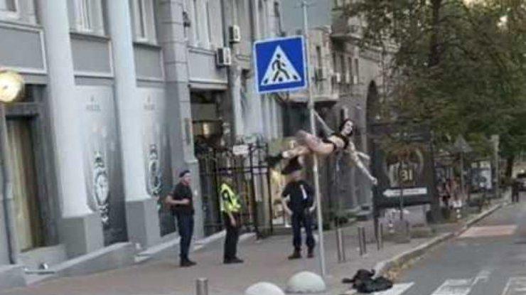 В Киеве девушка приняла дорожный знак за пилон и устроила танцы