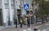 В Киеве девушка приняла дорожный знак за пилон и устроила танцы (видео)